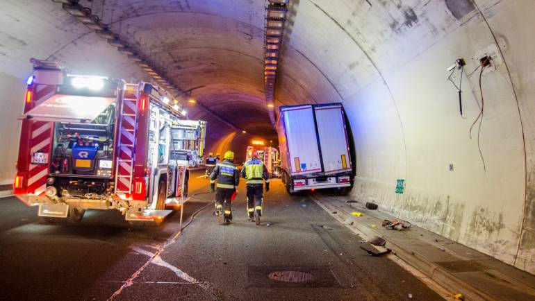 Schwerer LKW-Unfall im Assingbergtunnel