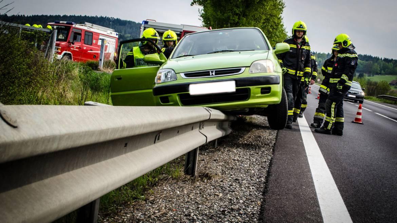 Fahrzeuglenker fuhr auf Leitschiene