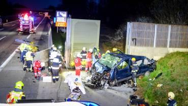 A2: Spektakulärer Unfall mit Kleintransporter