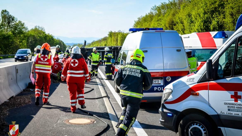 Schwerer Verkehrsunfall zwischen Klein-LKW und PKW auf der A2!